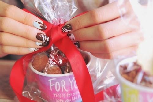 「イチゴ」「お菓子」「お菓子作り」「チョコ」「ネイル」「バレンタインネイル」「ラッピング」「縦長画像」などがテーマのフリー写真画像