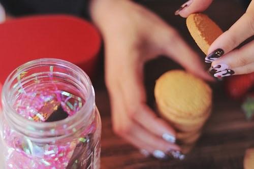 「イチゴ」「お菓子」「チョコ」「ネイル」「ネイルデザイン」「女性・女の子」「食べ物」などがテーマのフリー写真画像