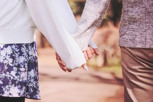 「カップル」「ホワイトデー」「公園」「女性・女の子」「恋人」「春」「袖クイ・裾クイ」などがテーマのフリー写真画像