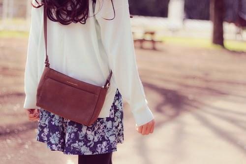 春の公園をてくてく歩いている女の子