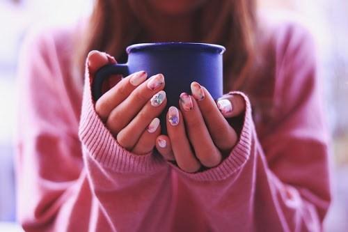 「カフェ」「コーヒー」「ネイル」「ネイルアート」「マグカップ」「女性・女の子」「水彩画ネイル」「飲み物」などがテーマのフリー写真画像
