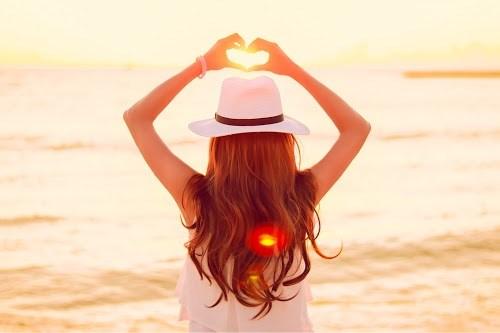 「オレンジデー」「シルエット」「ハート」「夏」「夏の夕暮れ」「夕陽」「女性・女の子」「海」「空」などがテーマのフリー写真画像
