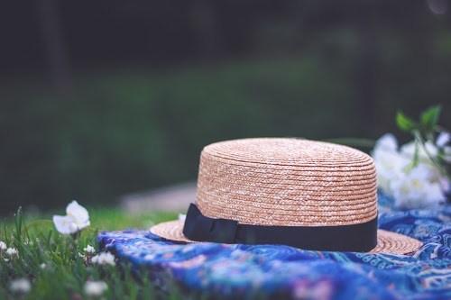 「ラウンドタオル」「春」「花」「草原」「麦わら帽子」などがテーマのフリー写真画像