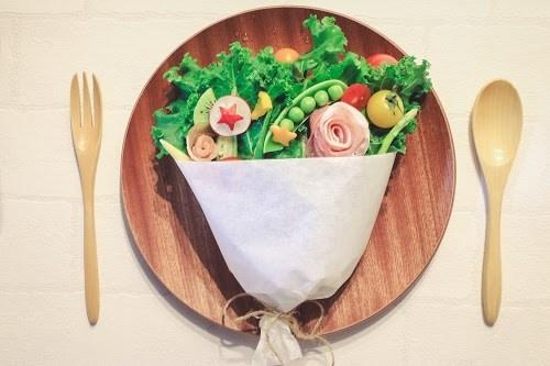 「ケール」「サラダ」「スナップえんどう」「スプーン」「トマト」「ブーケサラダ」「フォーク」「ラディッシュ」「俯瞰撮り」「生ハム」「皿」「真上から」「花束」「野菜」「食べ物」などがテーマのフリー写真画像