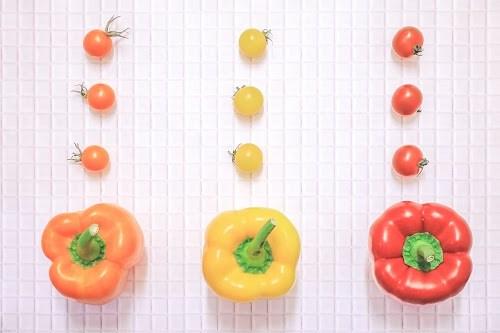 「キッチン」「トマト」「パプリカ」「俯瞰撮り」「真上から」「野菜」「食べ物」などがテーマのフリー写真画像