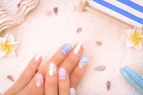 「キャンドルネイル」「シェルネイル」「ネイル」「ネイルアート」「マーメイドネイル」「夏」「夏ネイル」「瓶」「砂浜」などがテーマのフリー写真画像