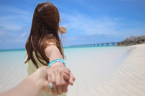 「followmeto」「カップル」「ビーチ」「リゾート」「下地島」「下地島空港17エンド」「南国」「夏」「女性・女の子」「宮古島」「手繋ぎ」「沖縄」「海」「砂浜」「空」「離島」などがテーマのフリー写真画像