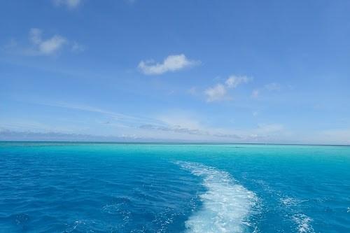 「クルージング」「リゾート」「八重干瀬(やびじ)」「南国」「夏」「宮古ブルー」「宮古島」「沖縄」「海」「空」「航路」「離島」「青空」などがテーマのフリー写真画像
