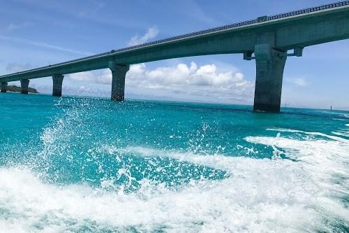真っ白な波しぶきと宮古ブルーにそびえ立つ池間大橋