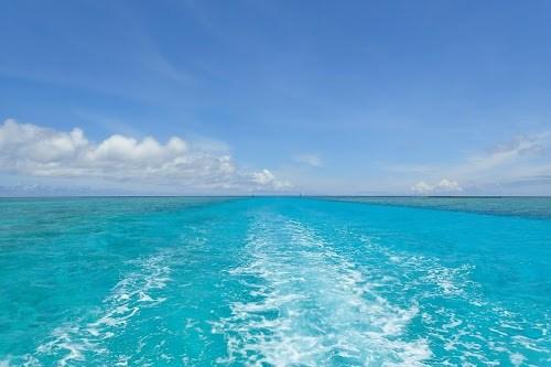 「クルージング」「リゾート」「八重干瀬(やびじ)」「南国」「夏」「宮古ブルー」「宮古島」「沖縄」「海」「空」「航路」「離島」「雲」「青空」などがテーマのフリー写真画像