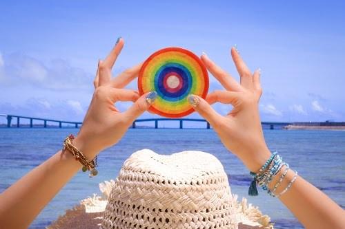 碧い海にカラフルカラーが映える虹のコースター