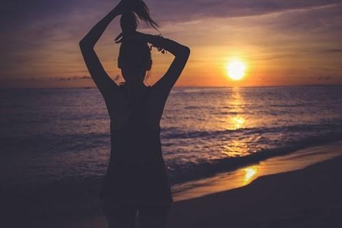 「シルエット」「与那覇前浜ビーチ」「南国」「夏」「夕日」「夕焼け」「女性・女の子」「宮古島」「沖縄」「海」「砂浜」「離島」「髪」などがテーマのフリー写真画像
