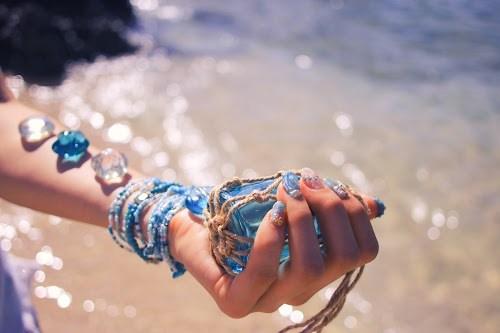 「シェルネイル」「ネイル」「ネイルアート」「ブレスレット」「マーメイドネイル」「リゾート」「南国」「夏」「夏ネイル」「手」「海」「海ネイル」「砂浜」「金魚の鱗ネイル」「雑貨」などがテーマのフリー写真画像