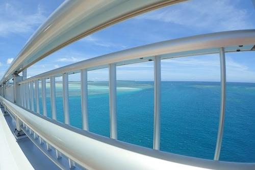 「リゾート」「南国」「夏」「宮古ブルー」「宮古島」「柵」「橋」「沖縄」「海」「空」「離島」「魚眼」などがテーマのフリー写真画像