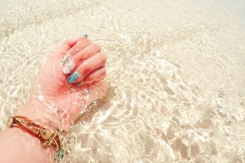 「シェルネイル」「ネイル」「ネイルアート」「マーメイドネイル」「リゾート」「南国」「夏」「夏ネイル」「手」「海ネイル」「金魚の鱗ネイル」「麦わら帽子」などがテーマのフリー写真画像