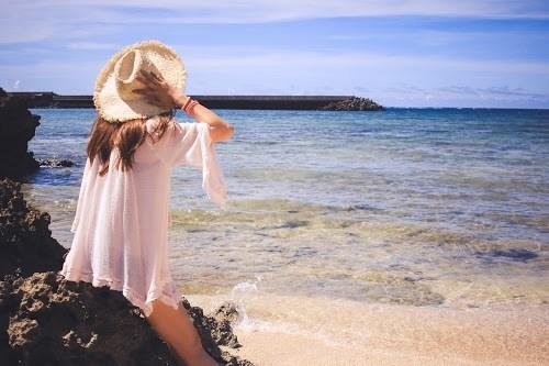 海を見ながら1人で考え事をしている女の子