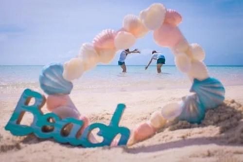 「ビーチ」「フォトフレーム」「リゾート」「下地島」「下地島空港17エンド」「南国」「友達」「夏」「女性・女の子」「宮古島」「枠」「沖縄」「海」「砂浜」「空」「貝殻」「離島」などがテーマのフリー写真画像