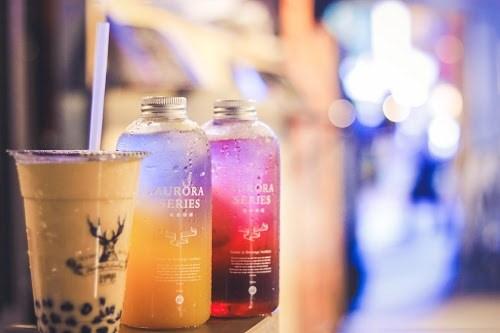 「カフェ」「タピオカ」「ドリンク」「ミルクティー」「夏ネイル」「女性・女の子」「飲み物」などがテーマのフリー写真画像