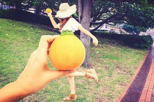 「スイカ」「フルーツドレス」「やさいドレス」「公園」「女性・女の子」「野菜」「食べ物」「麦わら帽子」などがテーマのフリー写真画像