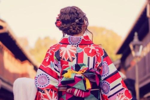 着物レンタルをして金沢『ひがし茶屋街』を散策している女の子