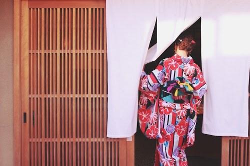 「和」「女性・女の子」「悲しい」「泣き真似」「泣く」「着物」「金沢」などがテーマのフリー写真画像