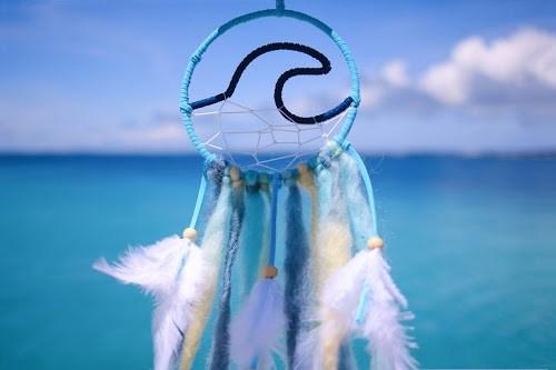 「ドリームキャッチャー」「リゾート」「南国」「夏」「宮古ブルー」「宮古島」「手」「沖縄」「海」「離島」「風」などがテーマのフリー写真画像