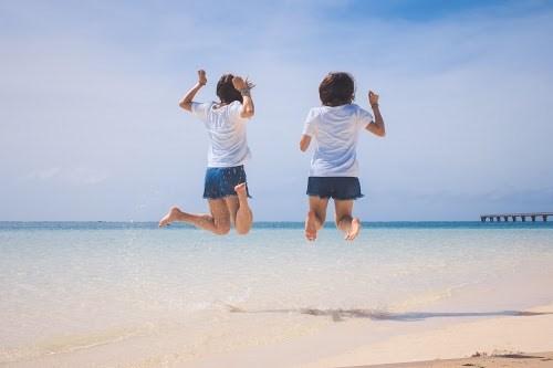 「ジャンプ」「ビーチ」「リゾート」「下地島」「下地島空港17エンド」「南国」「友達」「双子ルック」「夏」「女性・女の子」「宮古ブルー」「宮古島」「沖縄」「海」「空」「離島」などがテーマのフリー写真画像