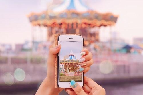 「iPhone」「スマートフォン」「ネイル」「マットネイル」「夏」「夏ネイル」「撮影」「遊園地」などがテーマのフリー写真画像