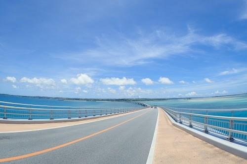 超絶景!宮古島のドライブルートとして大人気な『伊良部大橋』