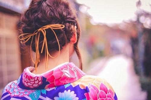金沢ひがし茶屋街の路地裏をお散歩する着物の女の子