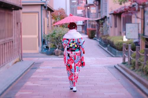 「しだれ柳」「傘」「和」「和服」「女性・女の子」「着物」「秋」「金沢」などがテーマのフリー写真画像