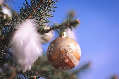 青い空とクリスマスオーナメント