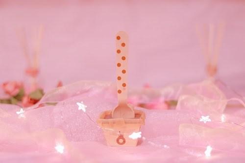 可愛いピンクの空間にたたずむホットチョコドリンクのスティック