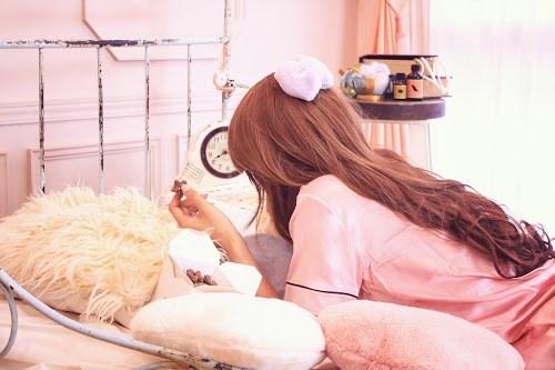 「パジャマ」「ピンク加工」「ベッド」「女性・女の子」「時計」「朝」「部屋」などがテーマのフリー写真画像