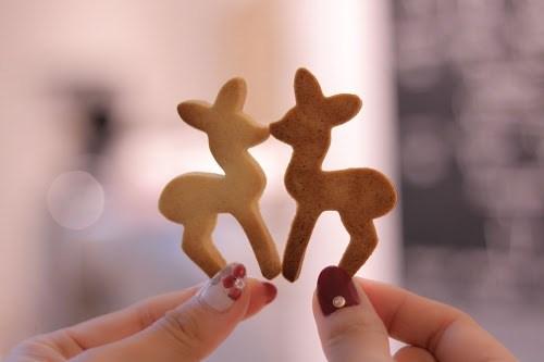 チュッ♡とキスするバンビのクッキー