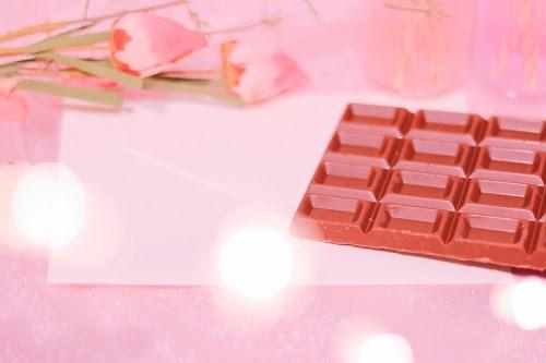 「お菓子」「チョコレート」「ピンク加工」「ラブレター」「電球」「電飾」「食べ物」などがテーマのフリー写真画像