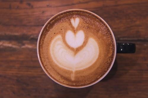 「カフェ」「カフェラテ」「ハート」「マグカップ」「ラテアート」「飲み物」などがテーマのフリー写真画像