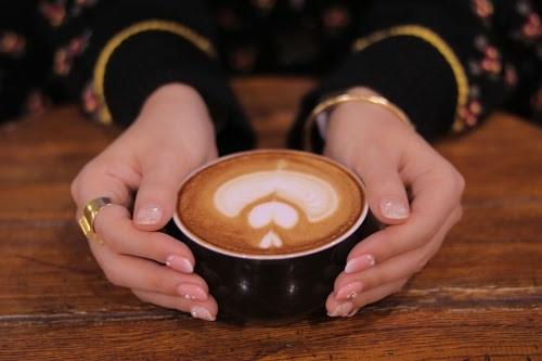 「カフェ」「カフェラテ」「マグカップ」「ラテアート」「冬」「女性・女の子」「飲み物」などがテーマのフリー写真画像
