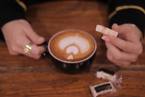 「カフェ」「カフェラテ」「ラテアート」「冬」「女性・女の子」「飲み物」などがテーマのフリー写真画像