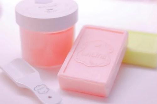 可愛いピンク色が女心をキュンとさせる!スクラブ&ストロベリーミルクのバーソープ