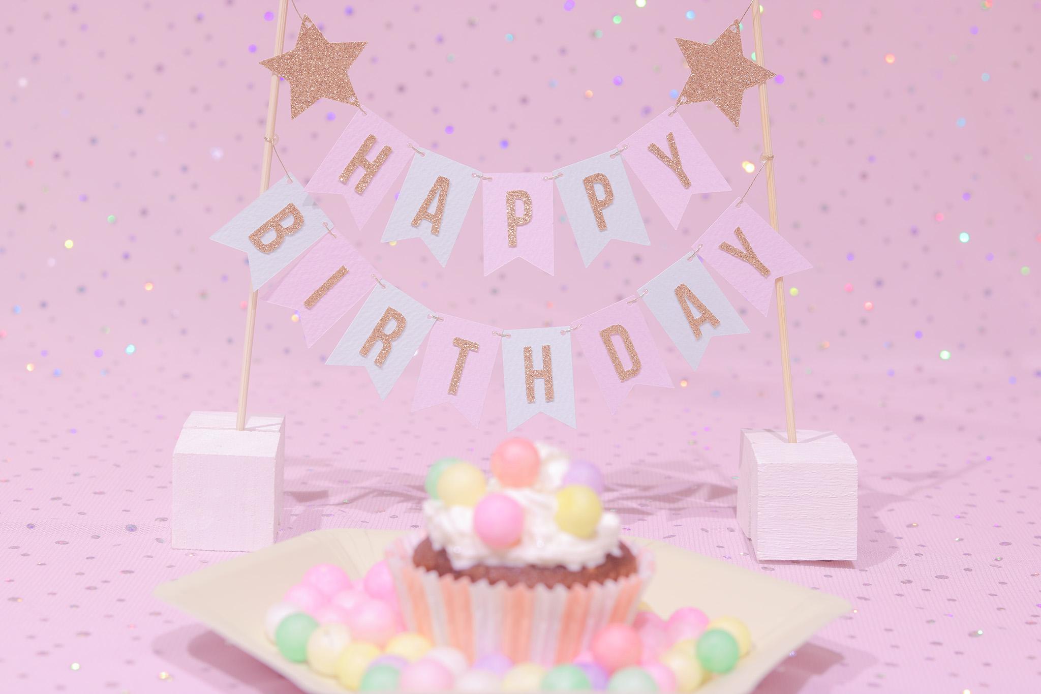 「HAPPY BIRTHDAY」「おいり」「おめでとう」「お祝い」「お誕生日おめでとう」「カップケーキ」「ケーキ」「ケーキトッパー」「誕生日ケーキ」などがテーマのフリー写真画像