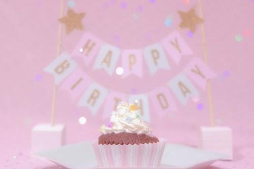 「HAPPY BIRTHDAY」「おめでとう」「お祝い」「お誕生日おめでとう」「カップケーキ」「ケーキ」「ケーキトッパー」「誕生日ケーキ」などがテーマのフリー写真画像