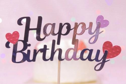 「HAPPY BIRTHDAY」「おめでとう」「お祝い」「お誕生日おめでとう」「ケーキ」「ケーキトッパー」「誕生日ケーキ」などがテーマのフリー写真画像