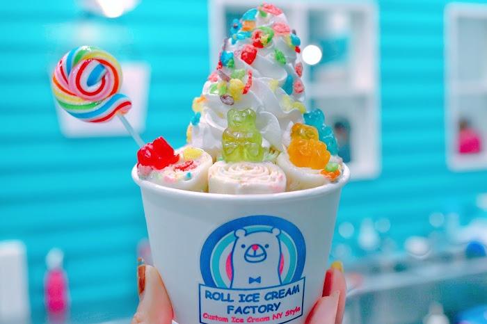 「アイスクリーム」「コールドプレート」「スイーツ」「ストロベリー」「ロールアイスクリーム」「ロールアイス専門店」などがテーマのフリー写真画像