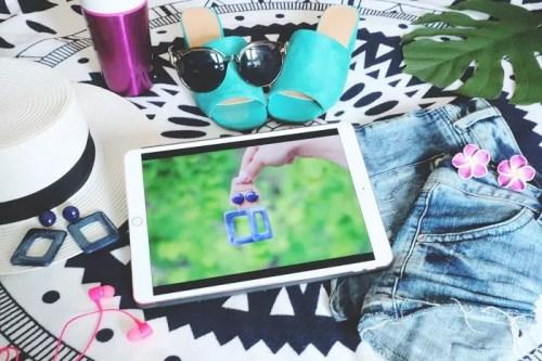 「ipad」「アクセサリー」「イヤフォン」「サングラス」「サンダル」「タブレット」「タンブラー」「デニム」「ピアス」「プルメリア」「ラウンドマット」「夏」「帽子」「靴」などがテーマのフリー写真画像