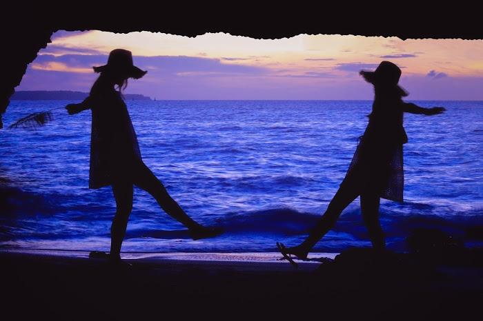 「followmeto」「南国」「夏」「夕日」「夕焼け」「女性・女の子」「宮古島」「手繋ぎ」「海」「砂浜」「縦長画像」「離島」などがテーマのフリー写真画像