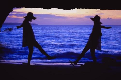 夕暮れの海をバックにじゃれあっている双子の女の子たち at 砂山ビーチ