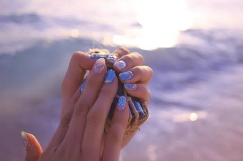 「ガラス玉」「シェルネイル」「ネイル」「ネイルアート」「ブレスレット」「マーメイドネイル」「リゾート」「南国」「夏」「夏ネイル」「夕日」「手」「海」「海ネイル」「砂浜」「金魚の鱗ネイル」「雑貨」などがテーマのフリー写真画像