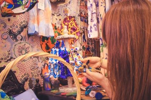 宮古島のかわいい雑貨屋さん『がじゅまる』で人形を手に取る女の子
