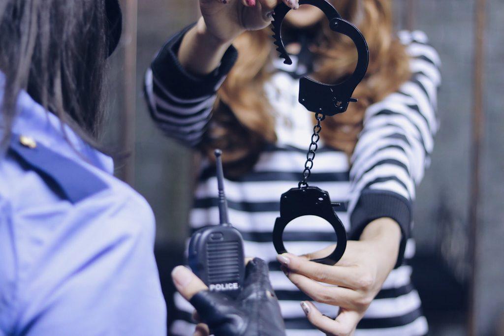 「囚人」「女性・女の子」「手錠」「牢屋」「鉄格子」などがテーマのフリー写真画像
